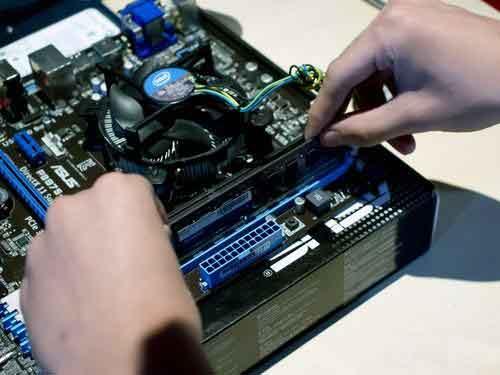 电脑开机正常启动,但显示器无信号然后黑屏怎么回事